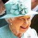 В бирюзовом пальто и кокетливой шляпке королева Великобритании Елизавета II сходила в продуктовый магазин