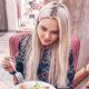 Червивый салат за 390 руб: жене футболиста Погребняка подали в кафе блюдо с неприятным сюрпризом