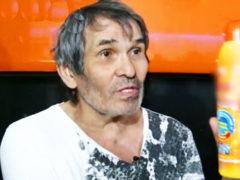 Алибасов впервые подробно рассказал, что произошло и показал, как по ошибке выпил жидкость для очистки труб