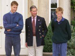 Принц Чарльз укрылся от гнева толпы за спинами сыновей: наследника престола не пускали на погребение леди Ди