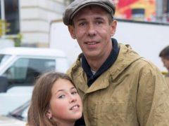 Возмутительное зрелище: Алексей Панин показал кадры маленькой дочери с сигаретой и оправдал пагубную привычку девочки