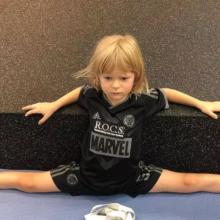 «Жаль парня»: Евгений Плющенко показал, как делает растяжку кричащему от боли шестилетнему сыну