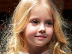 """«Как похожа на Аллу»: Лиза Галкина примерила """"королевские драгоценности"""" и снялась с четвероногим питомцем"""