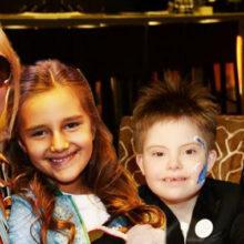 """Дочь Кристины Орбакайте и """"солнечный"""" сын Эвелины Бледанс отправились в школу, а Лиза Галкина стала для мамы стилистом"""