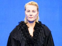Без прически и макияжа: заметно постаревшая Рената Литвинова удивила россиян выходом на подиум в Париже