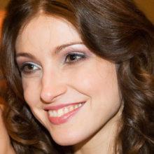 «Как муж относится?»: Анастасия Макеева удивила смелым снимком с короной на голове и в полупрозрачной накидке