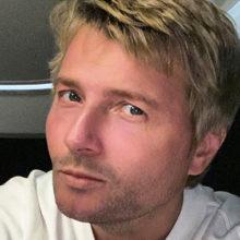 На сцене уже давно поет двойник: в сети пытаются понять, куда делся и чем болен натуральный блондин Николай Басков