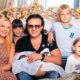 Бывшая жена и шестеро детей Ромы Жукова могут остаться без крыши над головой: музыкант не платит ипотеку