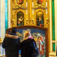 Верят в чудо: муж и дочь Анастасии Заворотнюк тайно побывали в храме на Крещение и запаслись святой водой