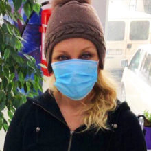Россияне молятся за пошатнувшееся здоровье певицы Таисии Повалий, сидящей в инвалидной коляске и с маской на лице