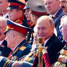 Парад Победы впечатлил звезд: Лещенко сидел на гостевой трибуне, а Сюткин и Анита Цой смотрели трансляцию