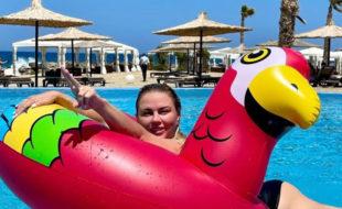 «Главное, что мне моя фигура нравится»: Анна Семенович ответила хейтерам, осудивших ее новое фото у бассейна